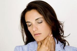 Im Vergleich zur gewöhnlichen Angina sind die Symptome bei einer Seitenstrangangina stärker ausgeprägt.